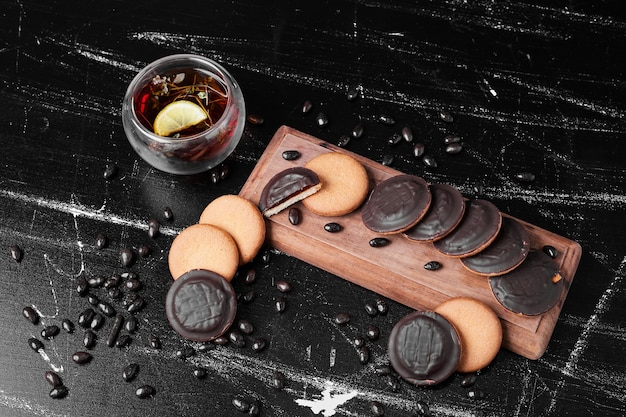 Chocolate sponge cookies on a wooden board with glintwine.