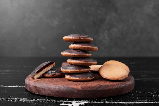 Biscotti di spugna al cioccolato su una tavola di legno
