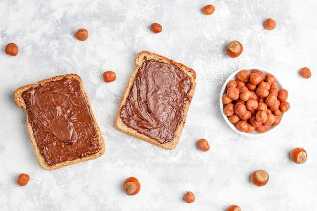 콘크리트, copyspace에 유리 항아리에 헤이즐넛 초콜릿 확산 또는 누가 크림