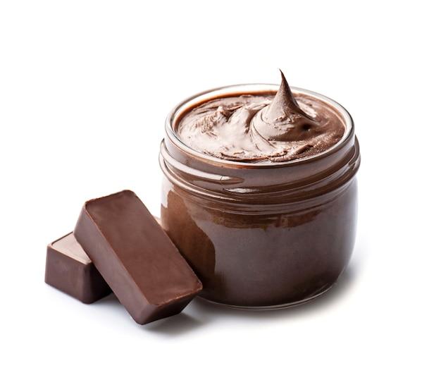 Шоколадная паста с шоколадным сегментом на белом фоне.