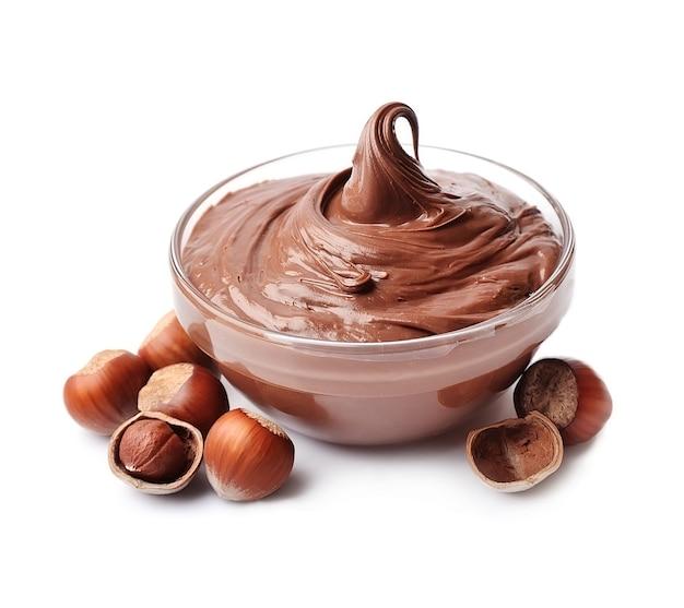 Шоколадная паста с изолированным фундуком. nutella.