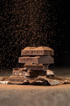 Шоколад посыпать какао за столом