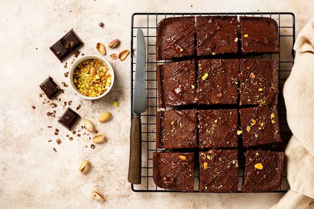 금속 스탠드에 피스타치오 너트와 딸기가 있는 초콜릿 사각형