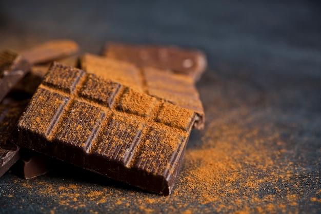 Шоколад сложены на черном фоне.