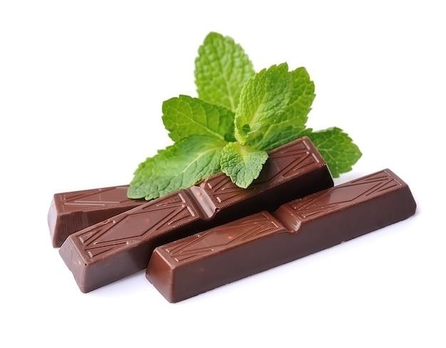 Шоколадная палочка с листьями мяты заделывают.