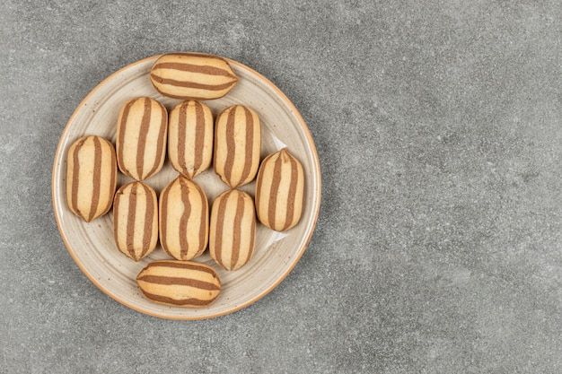 Biscotti al cioccolato a strisce sul piatto in ceramica