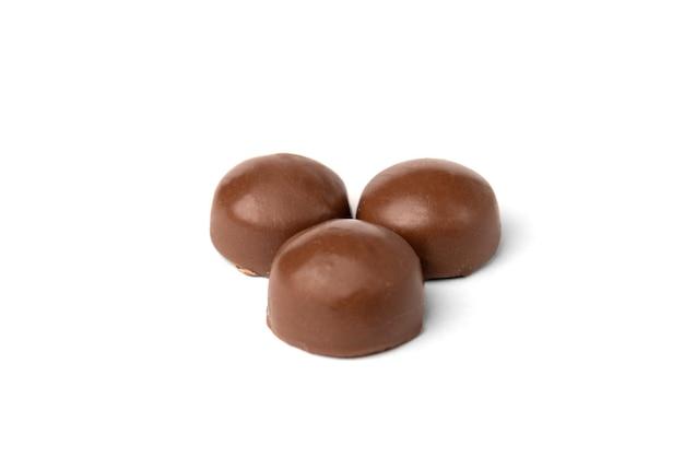 白に分離されたチョコレートの甘い