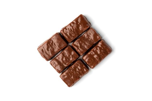 Шоколадная конфета с карамелью и арахисом, изолированные на белом