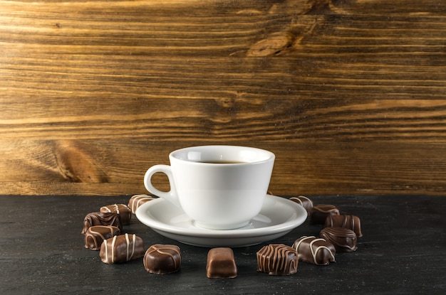 チョコレート菓子とコーヒーカップのモックアップ