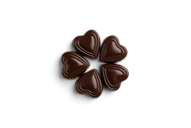 Шоколадные конфеты в форме сердца, изолированные на белом.
