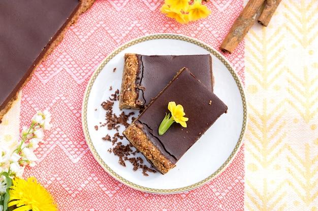 오트밀, 코코넛 밀크 및 버터로 만든 초콜릿 타르트