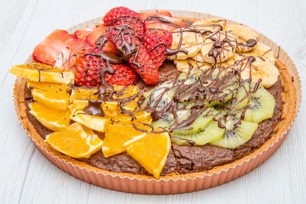 신선한 과일을 섞은 초콜릿 타르트 프리미엄 사진