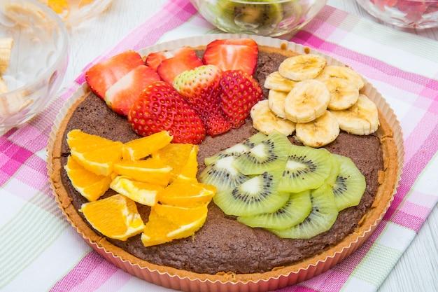 신선한 과일을 섞은 초콜릿 타르트