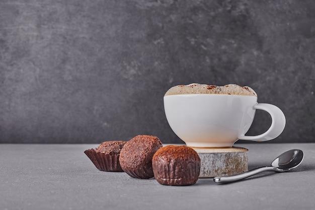 一杯のコーヒーとチョコレートのトップス。