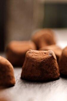 黒い表面のチョコレートトリュフキャンディーのクローズアップ写真