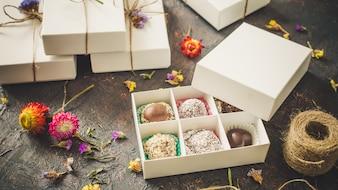チョコレートトリュフ、箱の中のキャンディー。上面図。