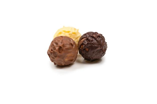 白い背景で隔離のチョコレートトリュフ。上面図。