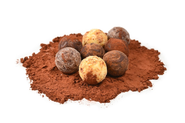 白い背景で隔離のチョコレートトリュフ。