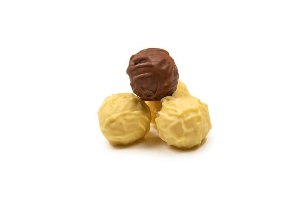 白に分離されたチョコレートトリュフ