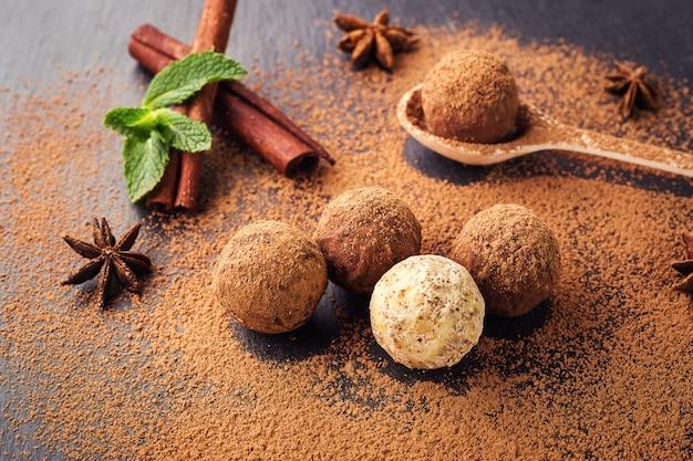 チョコレートトリュフ、カカオパウダー入りチョコレートキャンディー、自家製フレッシュエナジーボール、チョコレート付き。ショコラティエ製グルメ盛り合わせトリュフ。チョコレートとコーヒー豆の塊