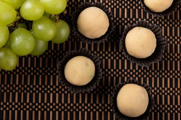 녹색 포도로 채워진 초콜렛 트뤼플 화이트.