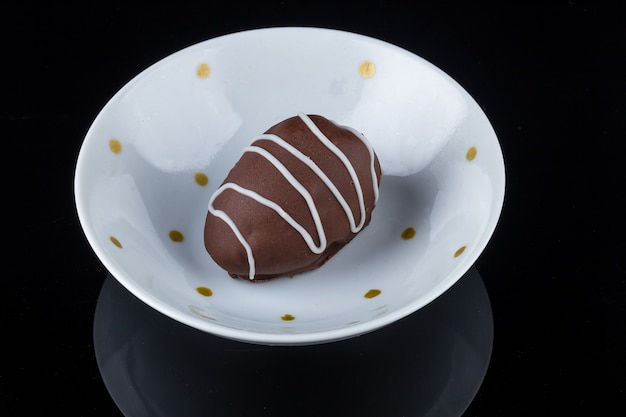 黒に分離されたイチゴのフィリングとチョコレートトリュフ。