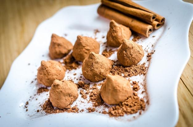 접시에 계피가 들어간 초콜릿 트뤼플