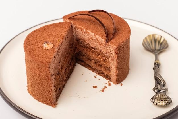 접시에 초콜릿 벨벳 케이크입니다. 차를위한 맛있는 디저트