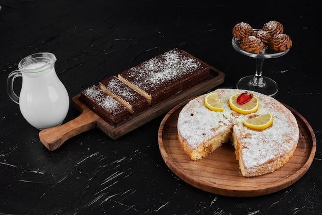 Cialde al cioccolato con biscotti con torta al limone e latte.
