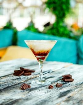 칵테일 글라스에 제공되는 초콜릿 위스키