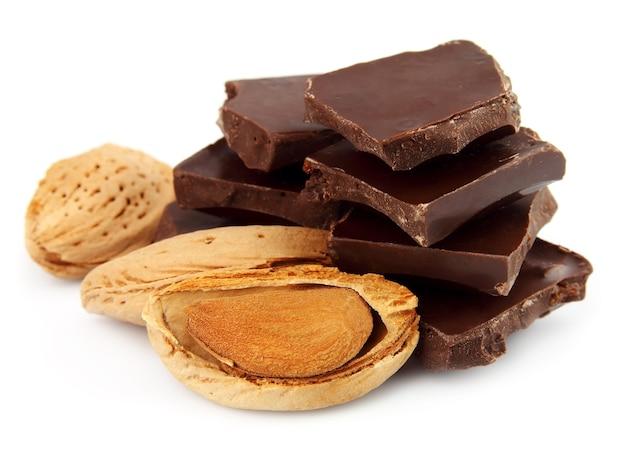 Шоколад с миндалем и орехами крупным планом