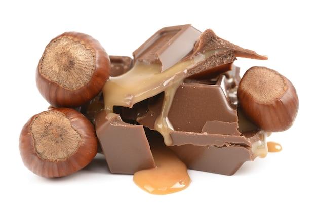 白い背景の上のキャラメルとチョコレート