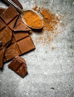 숟가락에 코코아 가루와 초콜릿.