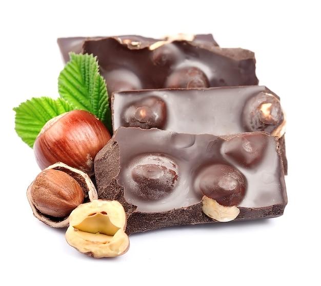 Шоколад с фундук крупным планом изолированные