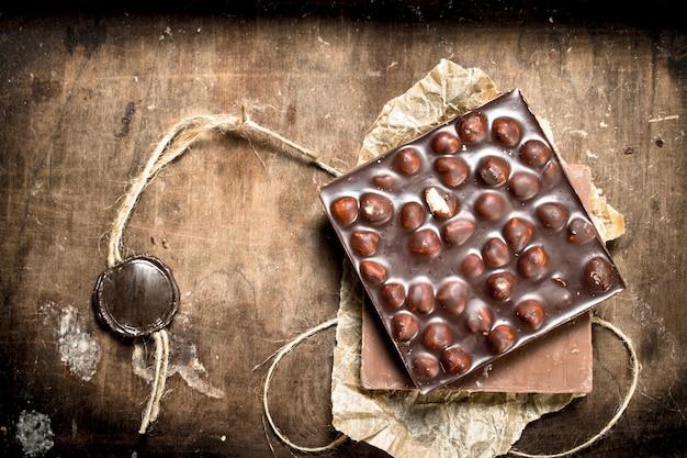 ナッツとタグが付いたチョコレート