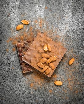 素朴な背景にナッツとココアパウダーとチョコレート