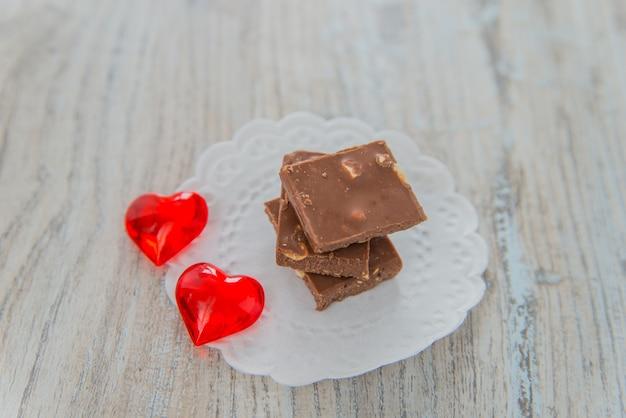 ナッツと赤いハートのチョコレート