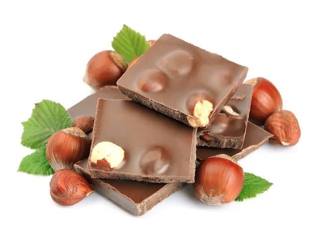 Шоколад с орехами крупным планом на белом