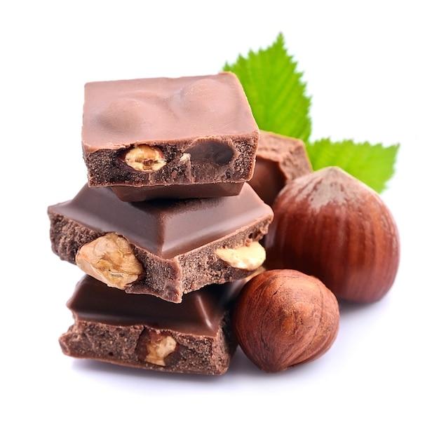 Шоколад с крупным планом орехов на белом фоне.