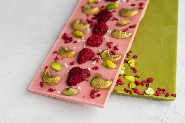 Шоколад с фисташками, малиной, кешью и ягодами годжи