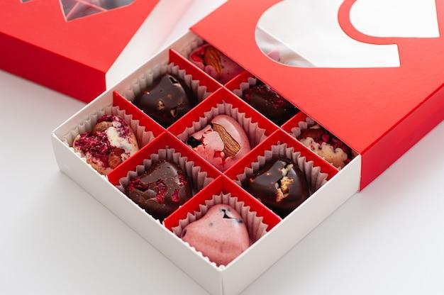 チョコレート、ベリーのハート、美しい赤い段ボール箱で手作り、クローズアップ