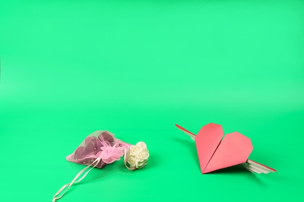 분홍색 투명 봉투에 담긴 초콜릿과 종이로 만든 붉은 심장