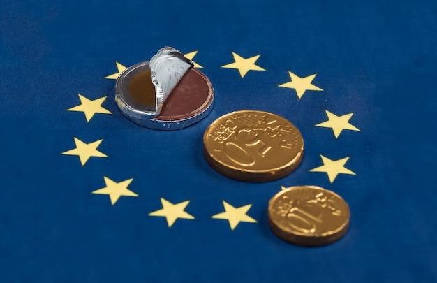 Конфеты в форме монет евро на флаге евросоюза