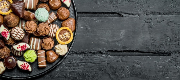 トレイにチョコレート。黒の素朴に。