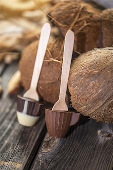 木製の表面にココナッツが入ったチョコレート