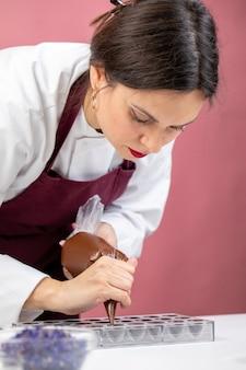 ショコラティエは美味しいデザート作りに専念