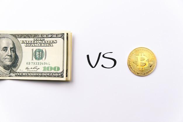 Выбор среди пачки стодолларовых банкнот и биткойн золотых монет. доллары сша против криптовалюты. обменять биткойны на доллар.