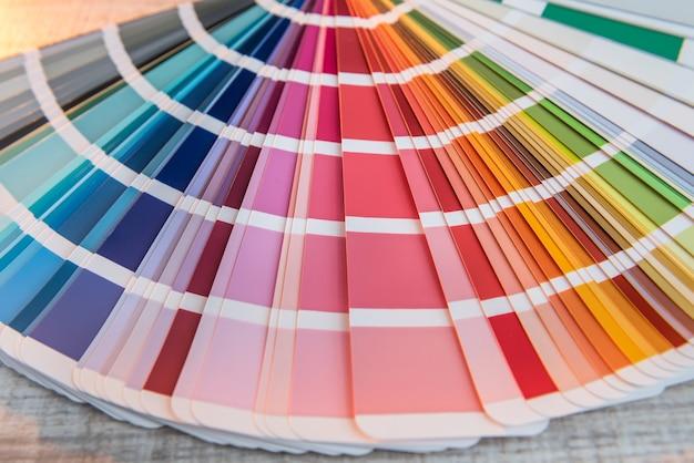 デザインのためのカラフルな紙のスペクトルを選択してください。パターンまたは背景のカラーパレット。