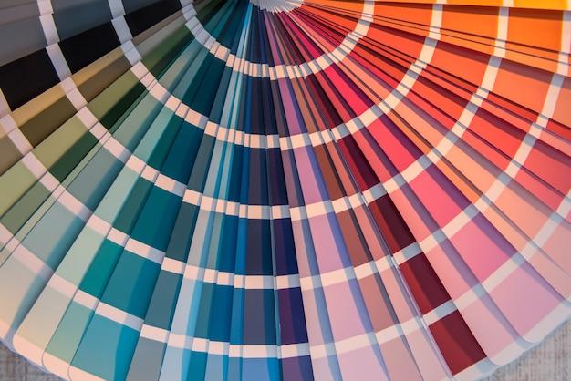 Выбор красочной бумаги спектр для дизайна. цветовая палитра для патерна или фона.