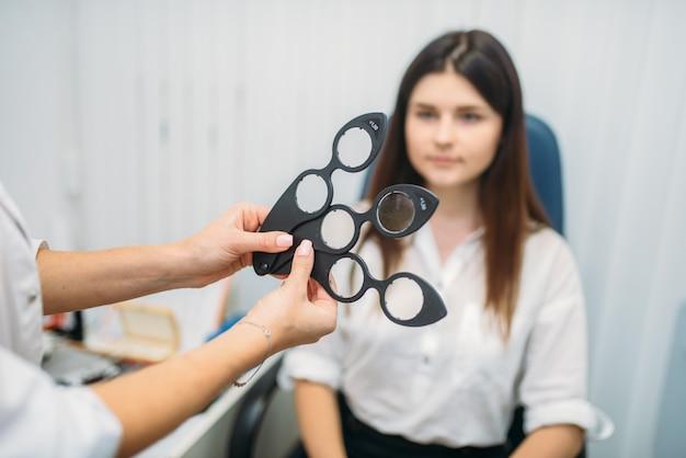 Выбор линзы, пациент при диагностике зрения